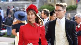 Emma Louise Connolly a Oliver Proudlockprichádzajú na svadobný obrad.