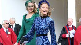 Herečka Cressida Bonas prichádza na svadobný obrad v šatách Tory Burch.