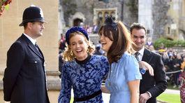 Herečka Cressida Bonas (vľavo) prišla na svadbu v dobrej nálade.