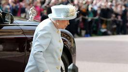 Kráľovná Alžbeta II. prichádza na sobáš svojej vnučky - princeznej Eugenie.