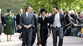 Modelka Cara Delevingne (uprostred) prichádza na svadbu britskej princeznej Eugenie a jej dlhoročného priateľa Jacka Brooksbanka.