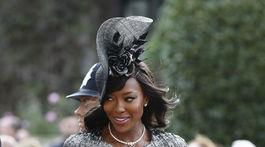 Modelka Naomi Campbell si tiež musela pridŕžať klobúk.