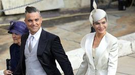 Robbie Williams, jeho manželka Ayda Field a svokra Gwen Field prišli na svadobný obrad spoločne.