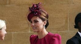 Vojvodkyňa Kate z Cambridge prichádza na svadobný obrad.