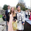 Topmodelka Kate Moss (vpravo) a jej dcéra Lila Grace Moss odchádzajú z Windsorského zámku.