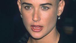 Herečka Demi Moore je jednou z herečiek, ktoré šli celkom dohola kvôli filmovej úlohe. Moore sa takto vyholila v roku 1996 pre film G.I. Jane.