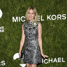 Herečka Naomi Watts v šatách Michael Kors.