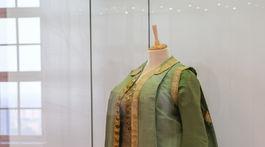 Zlatý vek Peterhofu, výstava, saty Katariny ll v style vojenskej