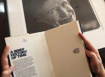Británia Hawking aukcia predmety vesmír