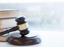 sudca, kladivko, zákony