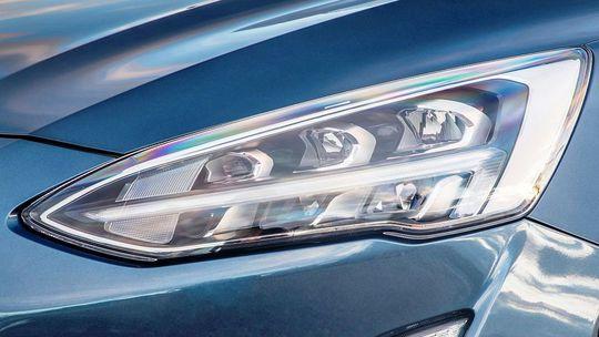 Ford Focus má svetlá, ktoré čítajú dopravné značky. Reagujú v predstihu