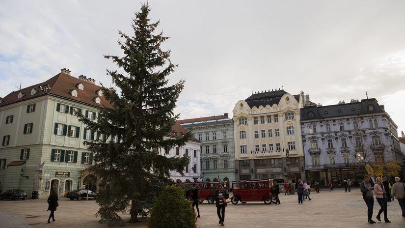 SR Bratislava vianočný stromček osadenie strom...