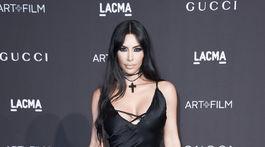 Televízna celebrita Kim Kardashian. Prišla bez manžela Kanye Westa.