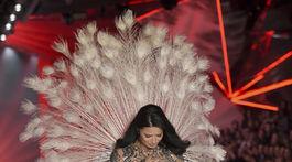 Brazílska topmodelka Adriana Lima reaguje dojato na aplauz publika.