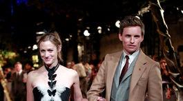 Herec Eddie Redmayne a jeho manželka Hannah Bagshawe v kreácii Christian Dior.