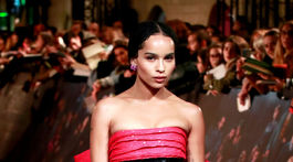 Herečka Zoe Kravitz v kreácii Saint Laurent.