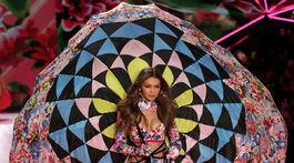 Modelka Gigi Hadid na prehliadke Victoria's Secret Fashion Show 2018.