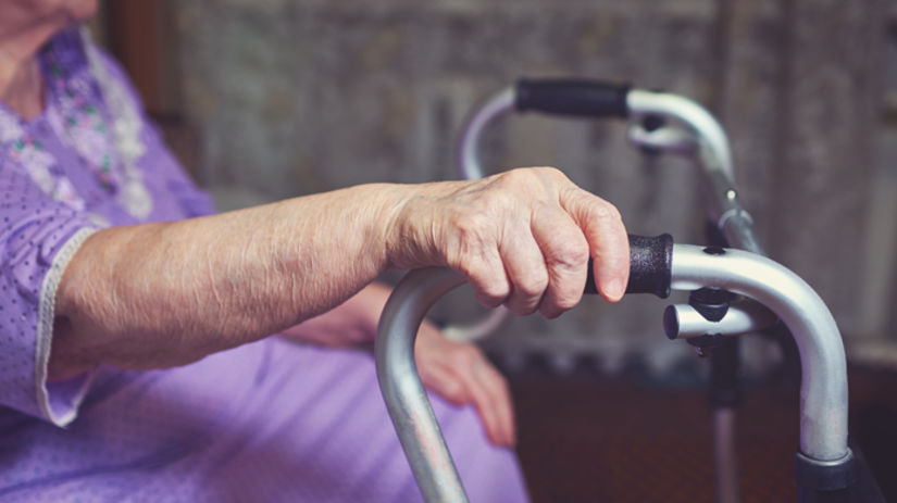 stará žena, chodítko, osteoporóza