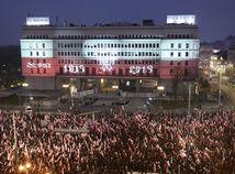 Vo Varšave pochodovalo v uliciach viac ako 200 000 ľudí