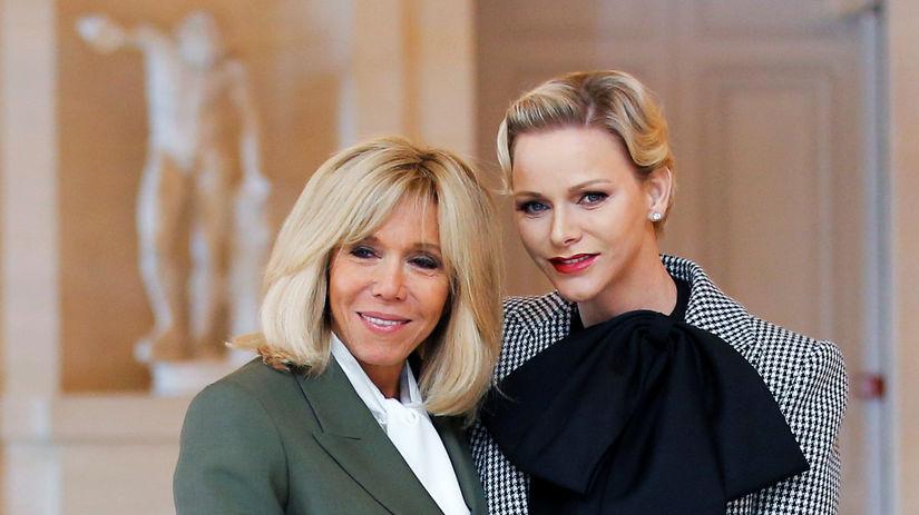 Prvá dáma Francúzska Brigitte Macron (vľavo) a...
