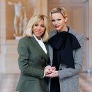 Prvá dáma Francúzska Brigitte Macron (vľavo) a princezná Charlene z Monaka.