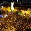 """Tisícky ľudí žiadali slušné Slovensko. """"Danko je plagiát"""" či """"Fico je zlo"""", odkázala ulica"""