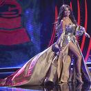 Speváčka Thalia predvádza svoje ukážkové nohy na Latin Grammy Awards.