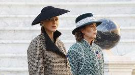 Princezná Charlene (vľavo) v luxusnej kreácii. Princezná Caroline v kreácii Chanel Haute Couture.