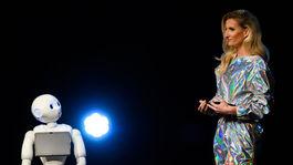 Moderátorská dvojica večera - Adela Vinczeová a robot Pepper.