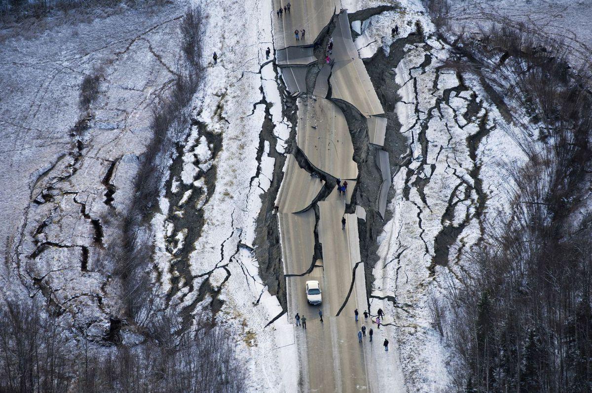Aljaška, zemetrasenie, cesta, prasklina