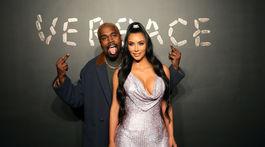 Manželia Kanye West a Kim Kardashian pózujú fotografom pred prehliadkou Versace.