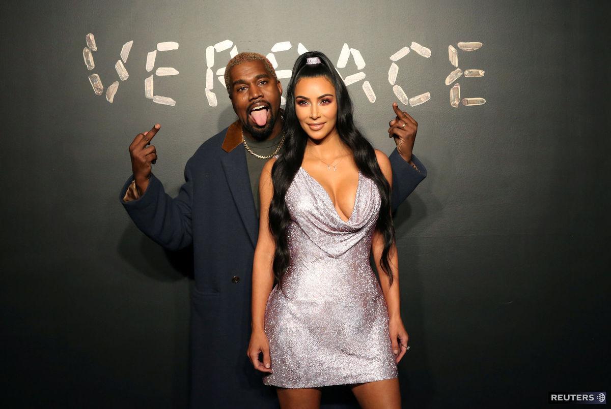 322b4c13bb9b Manželia Kanye West a Kim Kardashian pózujú.