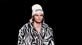 Model na prehliadke značky Versace Pre-Fall 2019 v New Yorku.
