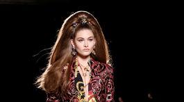 Modelka na prehliadke značky Versace v New Yorku.
