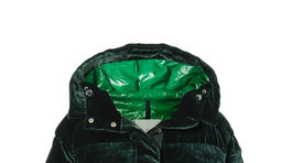 Páperová bunda Moncler, so zamatovou úpravou, predáva sa za 1600 eur.