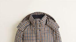 Vatovaná bunda plnená polyesterovou výplňou. Predáva sa za 89,99 eura v obchodoch Mango.