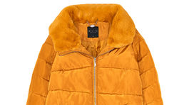 Vatovaná bunda s golierom z falošnej kožušiny. Predáva Mohito za 54,99 eura.