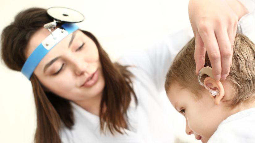 chlapec, ucho, lekár, načúvací strojček,...