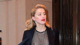 Herečka Amber Heard v priehľadnom tope opúšťa hotel v centre New Yorku.