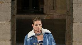 Modelka na prehliadke Chanel v New Yorku.