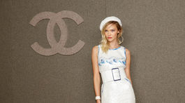 Topmodelka Sasha Luss na prehliadke Chanel Paris-New York Mettiers d'art.
