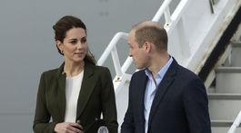 Princ William a jeho manželka Kate, vojvodkyňa z Cambridge po prílete na Cyprus.