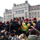 Demonštranti v Maďarsku prerazili policajný kordón, dostali sa až pred parlament