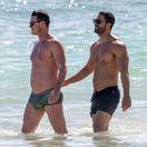 Herec Luke Evans (vľavo) v spoločnosti neznámeho muža na pláži v Mexiku.