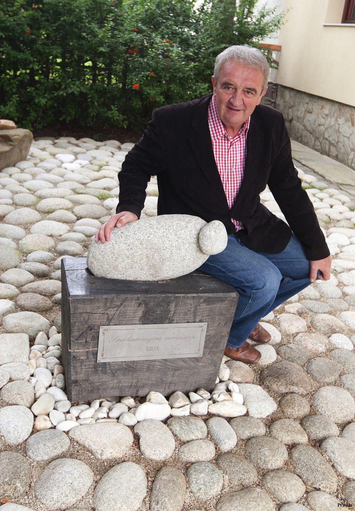 Profesor Fedor Malík pri symbolickej kamennej kvasinke.