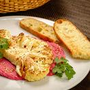"""Karfiolový """"steak"""" na cviklovom humuse"""