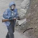 VIDEO: Po Devíne sa prechádzal zamaskovaný človek so zbraňou, video pripomína Harmana