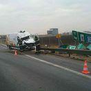 Diaľnica R1 bola neprejazdná, zrazili sa dve autá