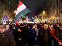 Maďarsko, Budapešť, Kossuthovo námestie, protest, vlajka