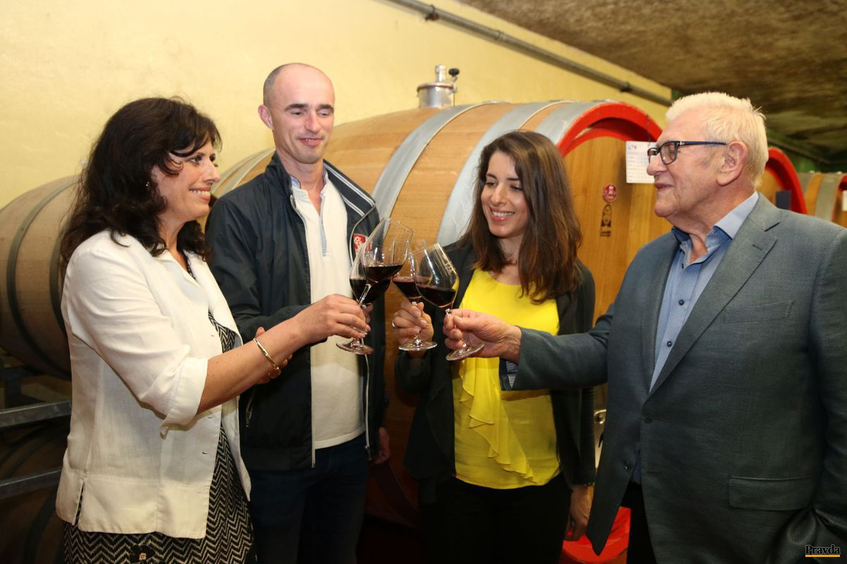 Na zdravie! Jana Baničová, obchodná riaditeľka VIlla Víno Rača (zľava), Richard Polkoráb, šéftechnológ vinárstva, prapravnučka Jakuba Palugyaya Lucia Palugyayová a generálny riaditeľ Ján Krampl.